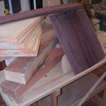 Das Holz: So unscheinbar, nachgerade nichtssagend. Und dennoch werden aus diesen Hölzern meisterhafte Gitarren entstehen.