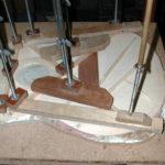 Das Kreuz: Die Deckenbeleistung wird in drei aufeinander folgenden Arbeitsgängen aufgebracht. Das Kreuz wird als letztes geleimt.