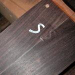 Kopf: Die Ausfräsung für das Perlmutt-Logo, ...