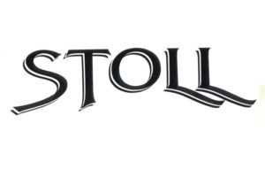 """1987 Das erste Logo: Vier Jahre nach der Firmengründung sieht das erste Logo das Licht der Welt. Charakteristisch daran ist neben den Serifen der """"Dreifach-Effekt"""" der einzelnen Buchstaben."""