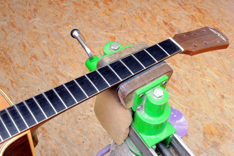 Neue Bünde Neubundierung Akustikgitarre Stahlsaitengitarre