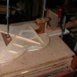 Decke: Der Hals wird auf die Decke geleimt. Inzwischen ist auch der im Inneren der Gitarre liegende Teil des Halsfußes lackiert worden.