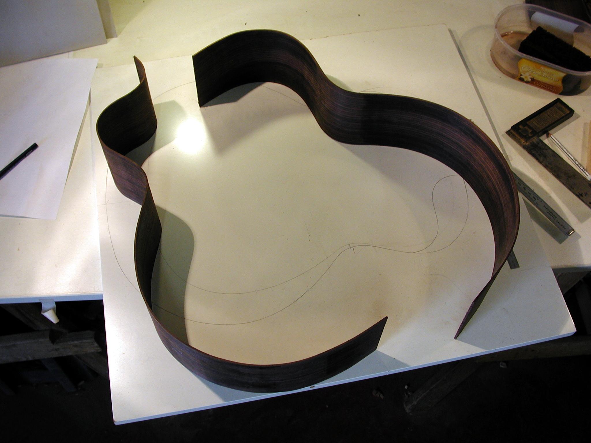 Zargen: Die Zargen sind gebogen. Unter den Zargen ist die Zeichnung, nach der die Form gefertigt wurde, zu sehen.