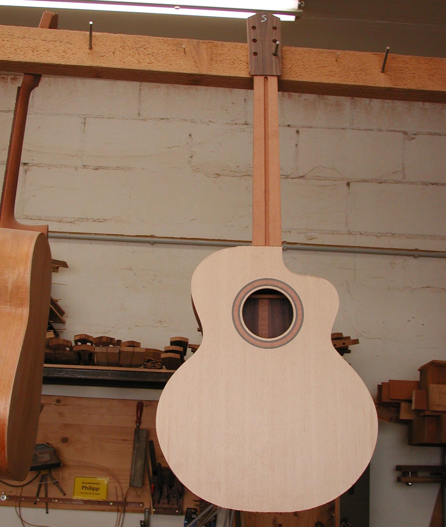 """""""Rohe"""" Gitarre: Nun sieht es schon fast wie eine Gitarre aus."""
