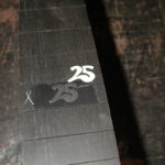 """Griffbrett: Die Einlage """"25"""" wird in die Ausfräsung eingepasst."""