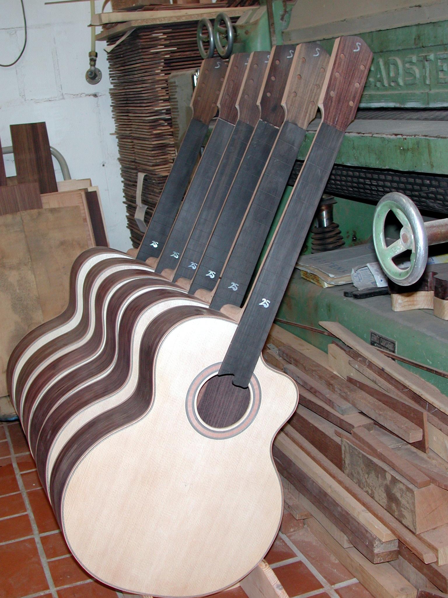 Gitarrenbau Christian Stoll: Hals: Jetzt sind die Griffbretter abgerichtet, das heißt, sie besitzen in Querrichtung nun eine leichte Wölbung.