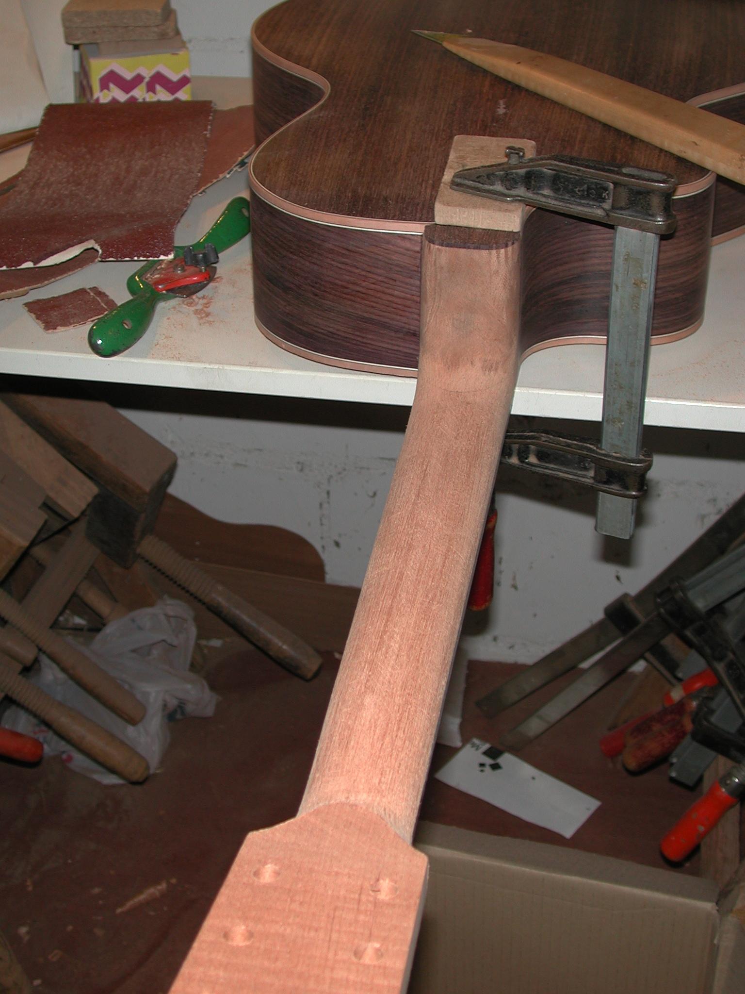 Gitarrenbau Christian Stoll: Der Hals wird fertig ausgearbeitet.