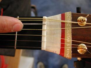 Gitarrensattel wird eingefeilt