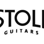 """2000 Neuer Schriftzug: ...obwohl schon ein Jahr vor seiner Entfernung gravierende Änderungen am Logo vorgenommen werden. Weg mit den Schnörkeln! Mit derselben klaren und sachlichen Eleganz wie die Produktlinie kommt nun auch das Logo daher. Ergänzt wird es um das fremdländische Wort """"Guitars"""", das von nun an fester Bestandteil des Logos ist. Stoll goes international."""