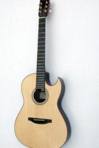 Gitarrenbau Christian Stoll: 2003: Akustische Gitarre für die Bühne - Sonderanfertigung flacher Korpus mit florentinischem Cutaway