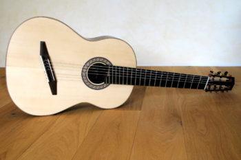 7-saitige konzert-gitarre mit Fanned Frets