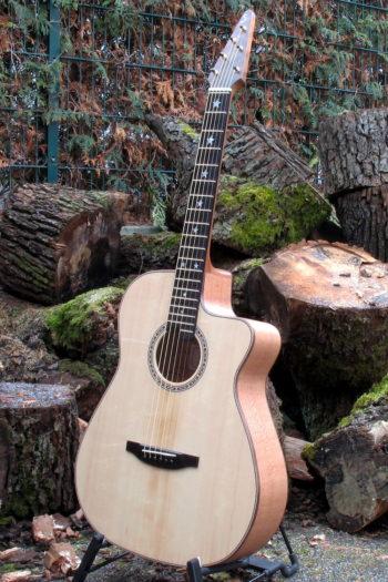 Gitarrenbau Christian Stoll: Ambition Fingerstyle Custom Silver Oak mit Zargenschalloch und Cutaway
