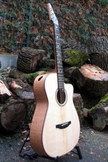 Gitarrenbau Christian Stoll: Ambition Fingerstyle CustomSilver Oak mit Zargenschalloch und Cutaway