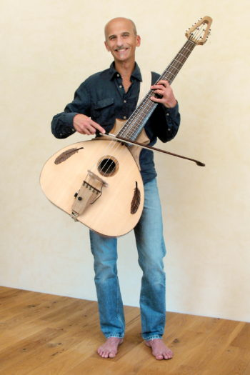 Christian Stoll demonstriert Streichbass