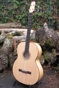 Gitarrenbau Christian Stoll: Akustische Bassgitarre shortscale - frontal