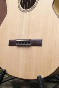 Gitarrenbau Christian Stoll: Akustische Bassgitarre shortscale - Steg