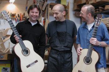 Gitarrenbauer Christian Stoll mit Kursteilnehmern