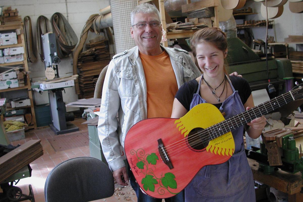 Gitarrenbau Christian Stoll: Handbemalte Sonderanfertigung mit Sonne und Efeu-Ranken