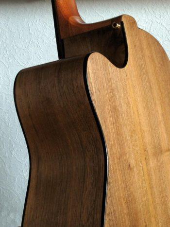 Gitarrenbau Christian Stoll: Akustische Bassgitarre mit fanned frets IQ Bass 5-Saiter Walnuss / Fichte Antik