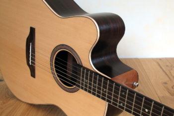 Linkshänder-Stahlsaiten-Gitarre mit Cutaway