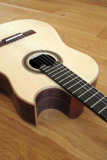 Nylonstring-Gitarre Alegra Hochglanz mit spitzem Cutaway und Abalone-Inlay - florentinischer Cutaway