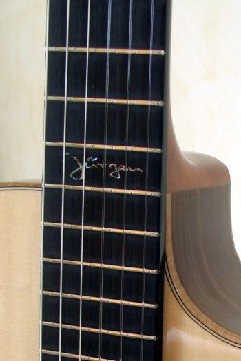 Nylonstring-Gitarre Alegra Hochglanz mit spitzem Cutaway und Abalone-Inlay - Einlage