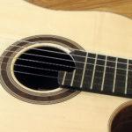 Nylonstring-Gitarre Alegra Hochglanz mit spitzem Cutaway und Abalone-Inlay - Rosette
