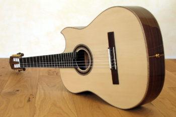 Nylonstring-Gitarre Alegra Hochglanz mit spitzem Cutaway und Abalone-Inlay