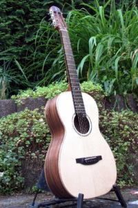 Gitarrenbau Christian Stoll: Parlour Mensur 62 Boden und Zargen amerikanische Walnuss - Decke Haselfichte