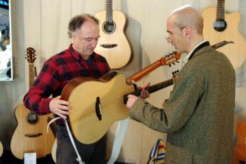 Christian Stoll erklärt Peter Finger die Doppelhals-Wendegitarre