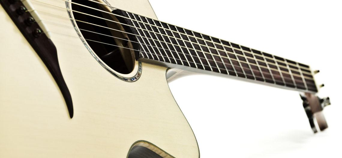 Gitarrenbau Christian Stoll: Jumbo Stahlsaiten-Gitarre IQ mit Fächerbünden, Armauflage und Zargenschallloch - schräg