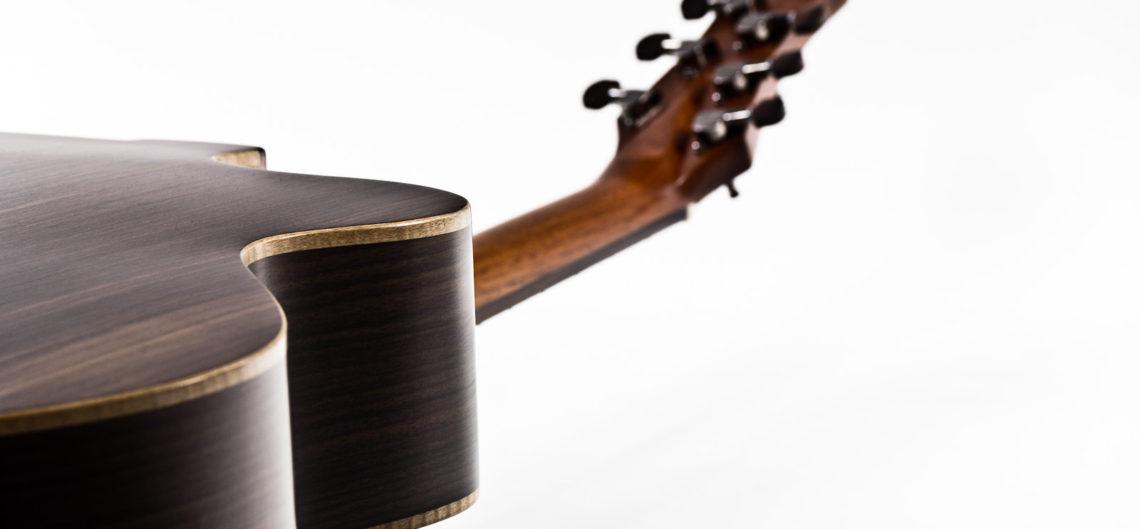 Gitarrenbau Christian Stoll: Jumbo Western-Gitarre IQ mit Fanned Frets, Armauflage und Zargenschallloch