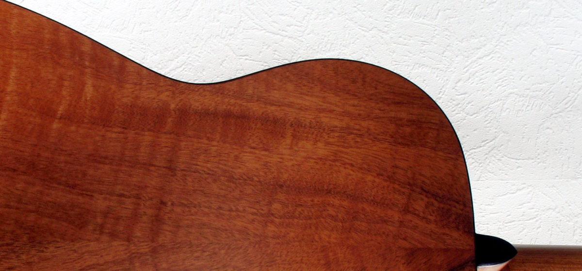 Gitarrenbau Christian Stoll: Stahlsaitengitarre Ambition Parlour Mahagoni Fichte - Boden Ausschnitt
