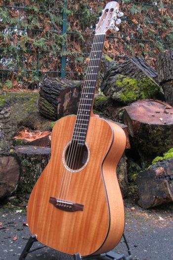 Gitarrenbau Christian Stoll: Stahlsaitengitarre Ambition Fingerstyle Mensur 63 Boden Zargen und Decke aus Mahagoni