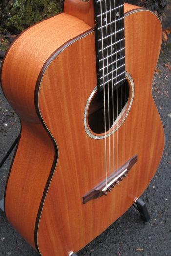 Gitarrenbau Christian Stoll: Stahlsaitengitarre AmbitionFingerstyle Mensur 63 Vollmahagoni - Zarge