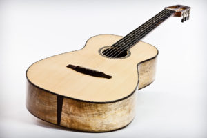 12-Bund Steelstring-Gitarre Ambition Parlor - Boden und Zargen aus gestocktem Mango Decke aus Engelmannfichte