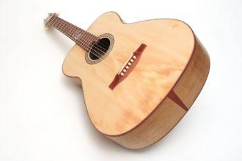 Fingerstyle Gitarre Apfelweinfass Eiche Fichte Zargenfugenspan Gitarrenbauer Stoll