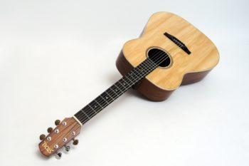 bariton stahlsaiten gitarre vollmassiv günstig Gitarrenbauer