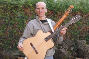 Christian Stoll mit Doppelhals-Wendegitarre