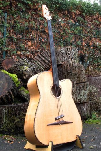 Gitarrenbau Christian Stoll: der legendaere Akustikbass 4-saiter fretless