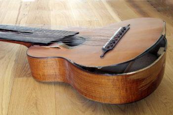 Doppelhals-Gitarre mit zu leicht gebauter Decke