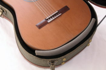 Gitarrenbau Christian Stoll: Gitarre Korpus Unterseite beim Transport abpolstern
