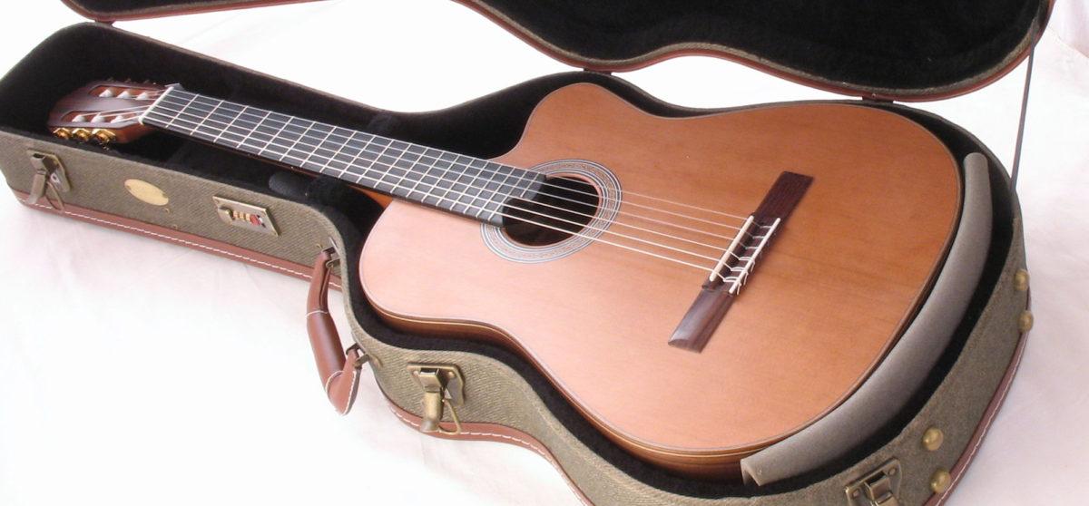 Gitarrenbau Christian Stoll: Gitarre sichern für Transport im Flugzeug