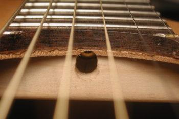 Gitarrenbau: Zugang zum Halsstab vom Schalloch aus