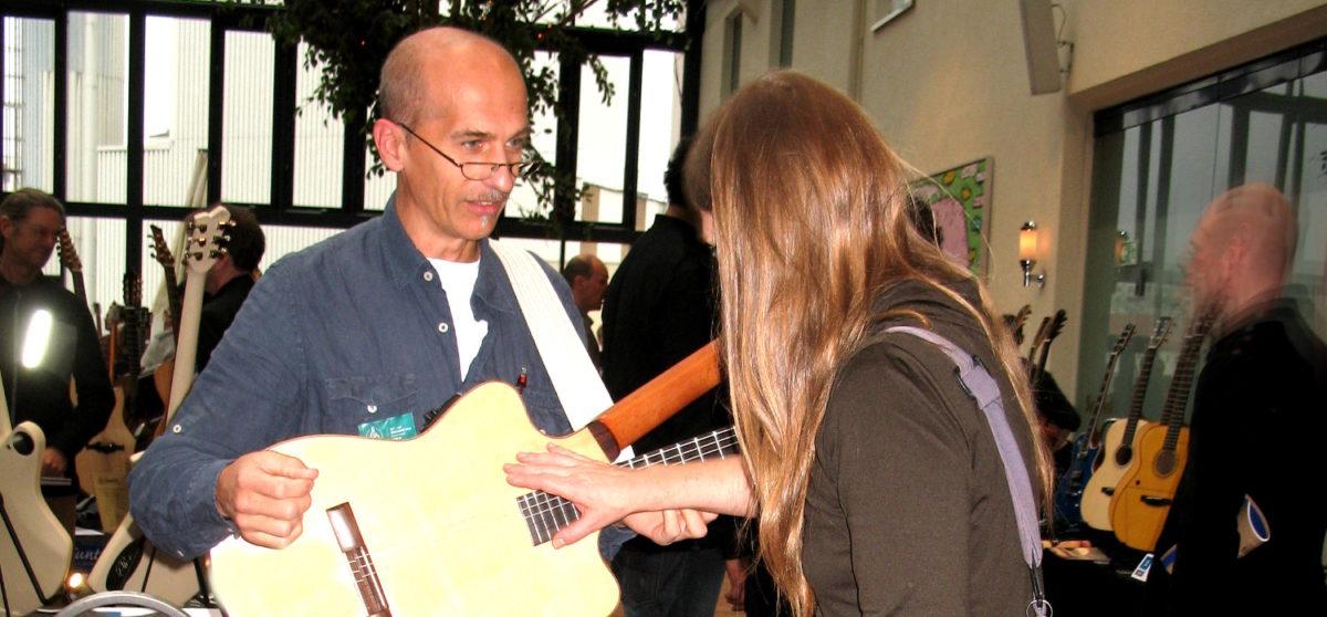 Gitarrenbauer Christian auf der Holy Grail Guitar Show 2014