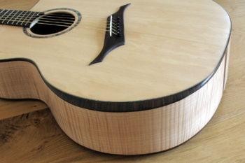 Jumbo Stahlsaiten-Gitarre mit Extrem-Cutaway, Fanned Frets, Armauflage und Zargenschalloch - Armauflage