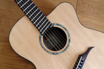 Jumbo Stahlsaiten-Gitarre - Rosette mit Extrem-Cutaway, Fanned Frets, Armauflage und Zargenschalloch