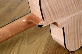 Jumbo Stahlsaiten-Gitarre - StöckchenExtrem-Cutaway, Fanned Frets, Armauflage und Zargenschalloch- Stockchen