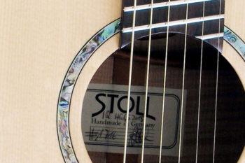 Jumbo Stahlsaiten-Gitarre mit Extrem-Cutaway, Fanned Frets, Armauflage und Zargenschalloch