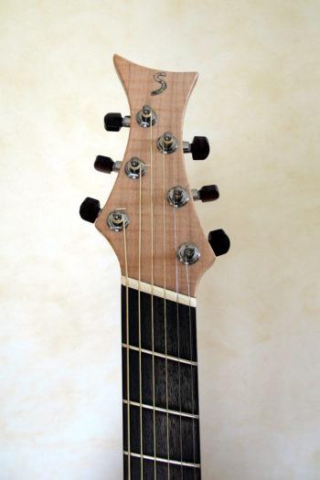 Jumbo Stahlsaiten-Gitarre - Kopf mit Extrem-Cutaway, Fanned Frets, Armauflage und Zargenschalloch